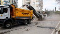 Güneş yüzünü gösterdiğinde, Adana'da yollar asfaltla buluşuyor